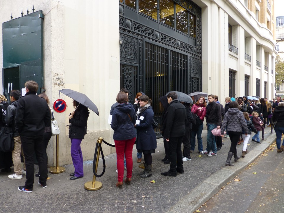 A Big Turnout for a Chance to Buy the Best Cupcakes in Paris!