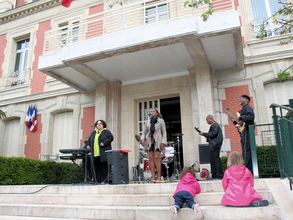 Paradise Performs in Alfortville